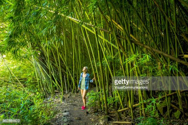 Femme marchant dans la forêt de bambous sur Maui.