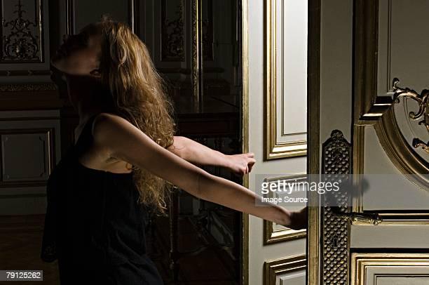 Femme marchant par les portes