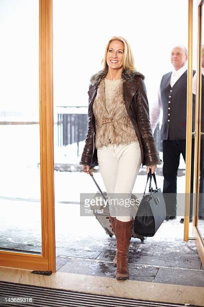 Frau zu Fuß durch den Hoteltüren