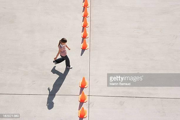 を渡る女性にオープン予定の列の道路工事用三角コーン - バリケード ストックフォトと画像