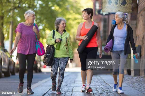 woman walking together - wandelen lichaamsbeweging stockfoto's en -beelden