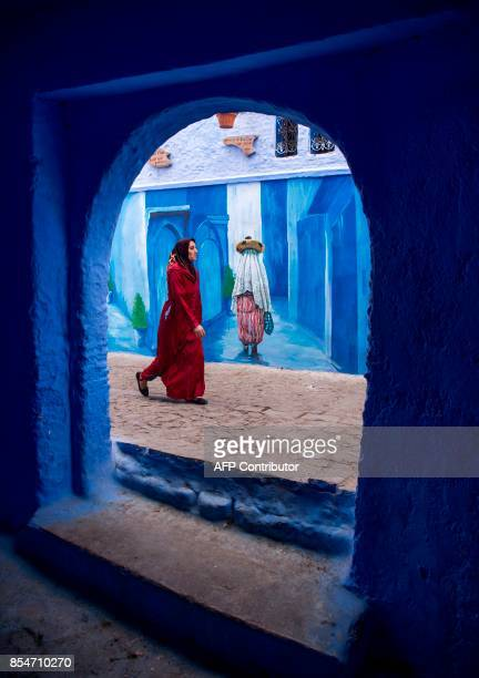 A woman walks in the Medina of the northwestern Moroccan city of Chefchouen in the northern Rif region on September 19 2017 / AFP PHOTO / FADEL SENNA