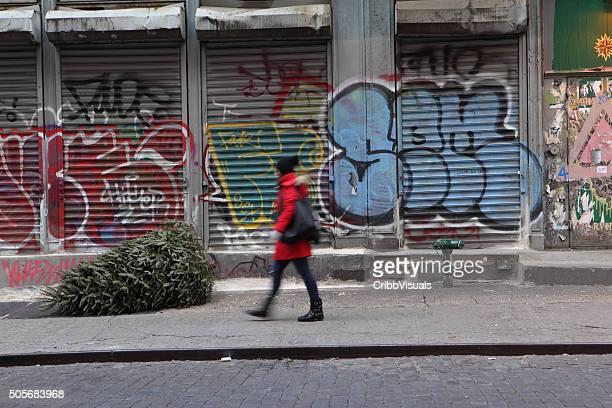 """mulher caminhando nova york graffiti street com a antiga árvore de natal"""""""" - soho manhattan - fotografias e filmes do acervo"""