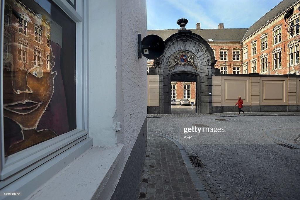 A woman walks pas the episcopal palace ' : Nieuwsfoto's