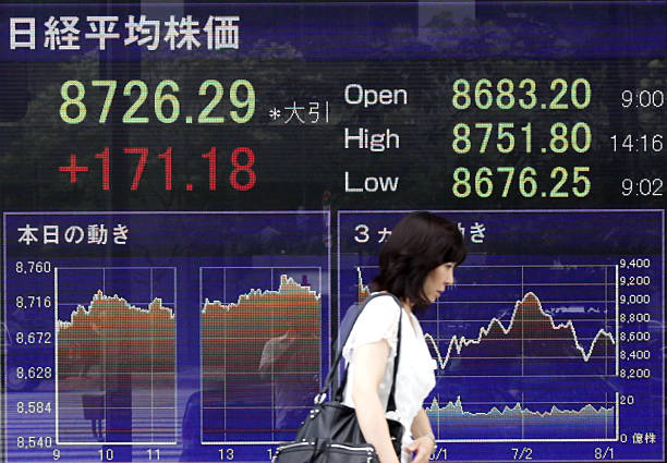 images of stock boards as asian stocks jumpの写真およびイメージ