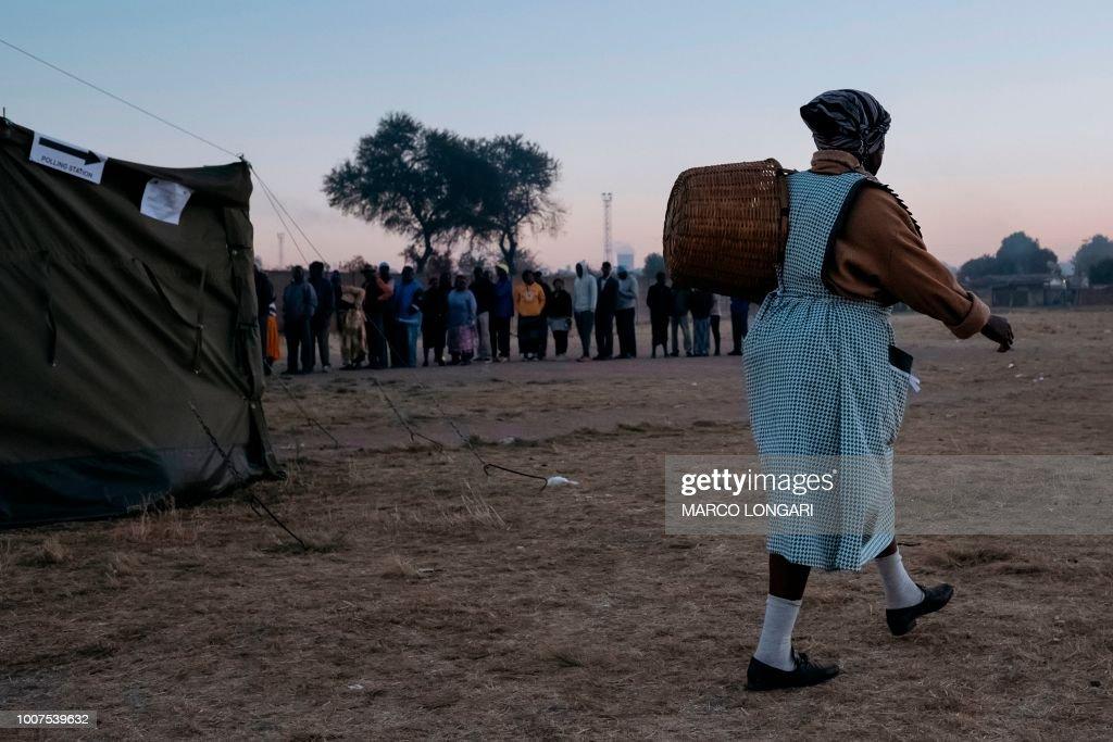 TOPSHOT-ZIMBABWE-VOTE : Nachrichtenfoto