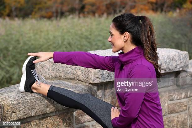 Femme s'échauffer avant une course