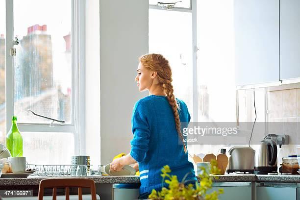 Femme Faire la vaisselle