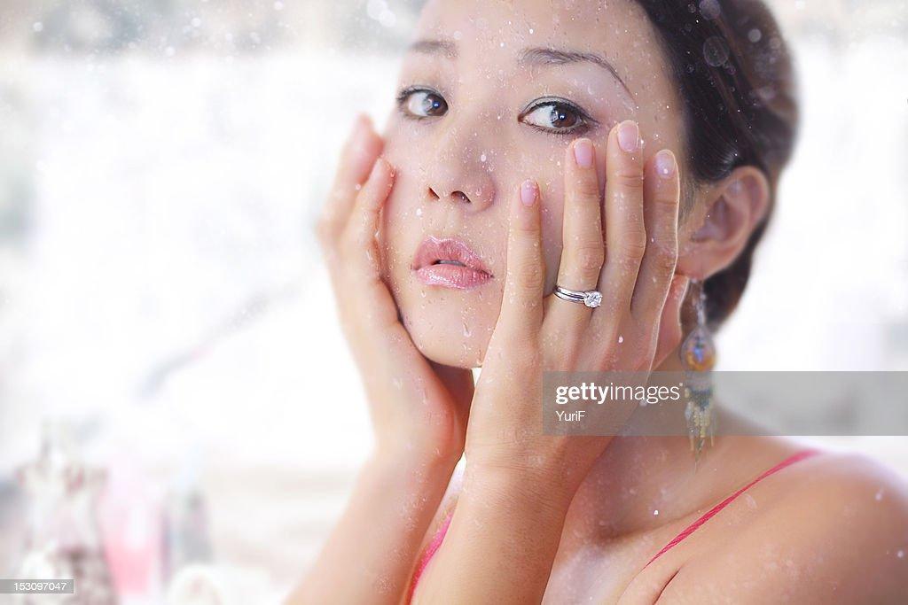 Woman washing face : ストックフォト