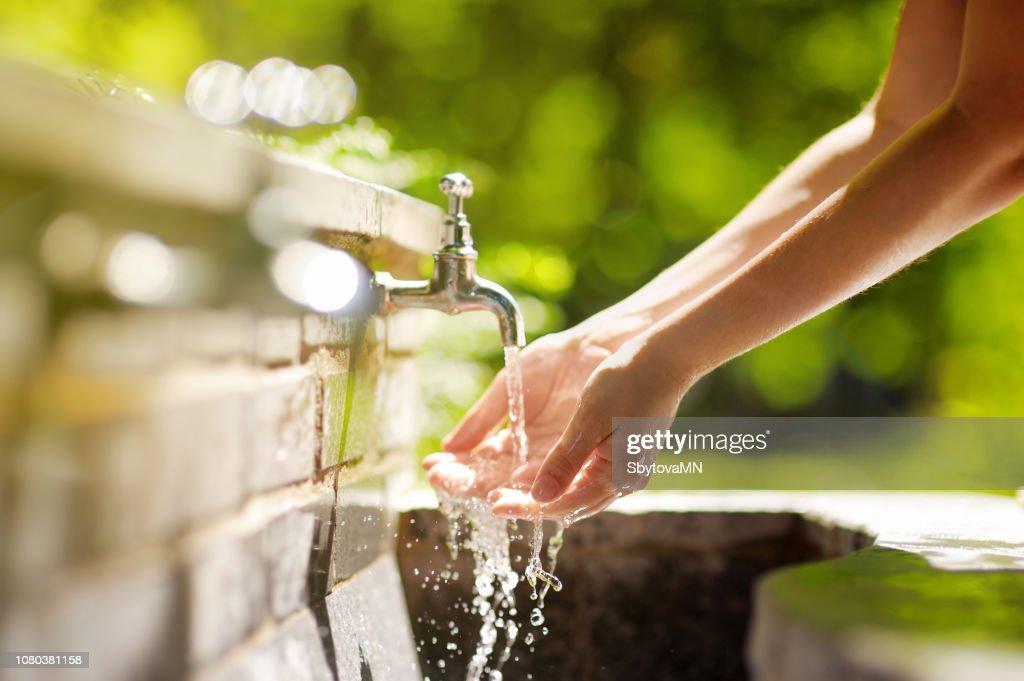 Rome, イタリアの都市噴水で手を洗う女性 : ストックフォト