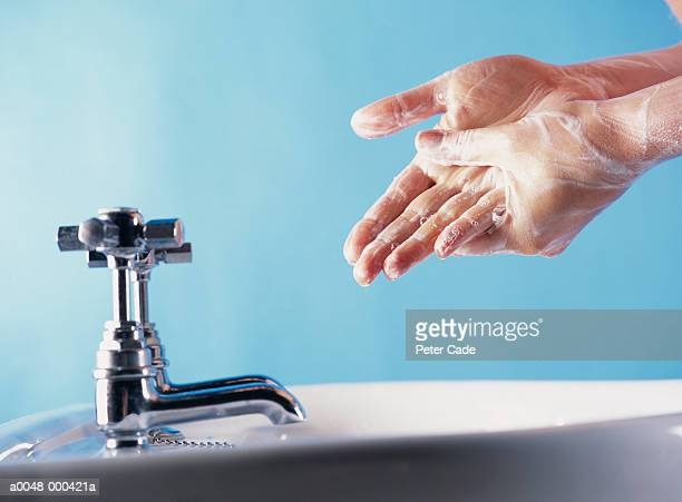 woman washing hands - lavage des mains photos et images de collection