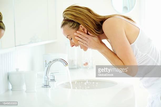 Frau Waschen Sie Ihr Gesicht