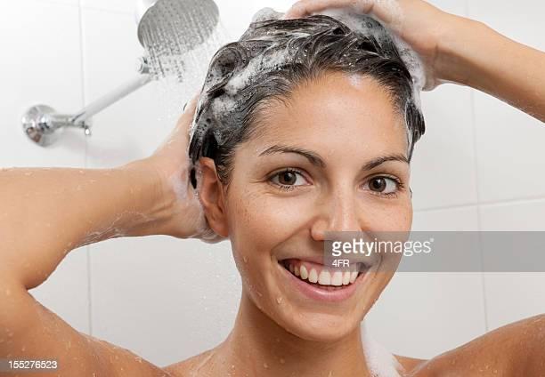 Frau waschen Ihre Haare mit Shampoo (XXXL