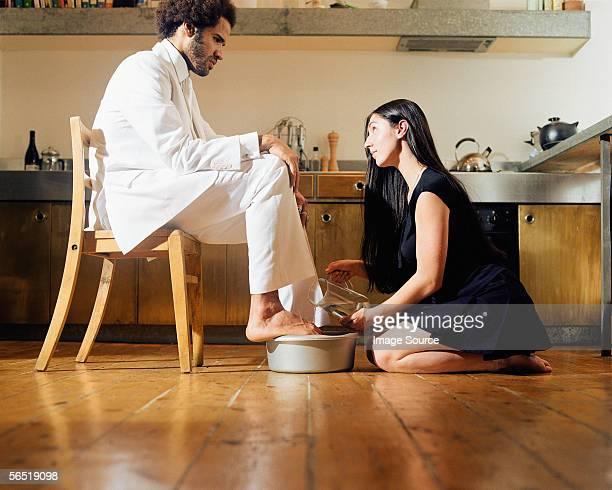 Frau Waschen mans Füße