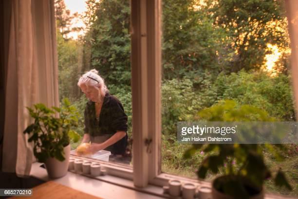 woman washing up outdoors - focus op achtergrond stockfoto's en -beelden