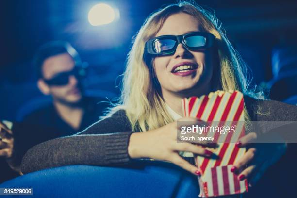 Vrouw kijken naar film in theater