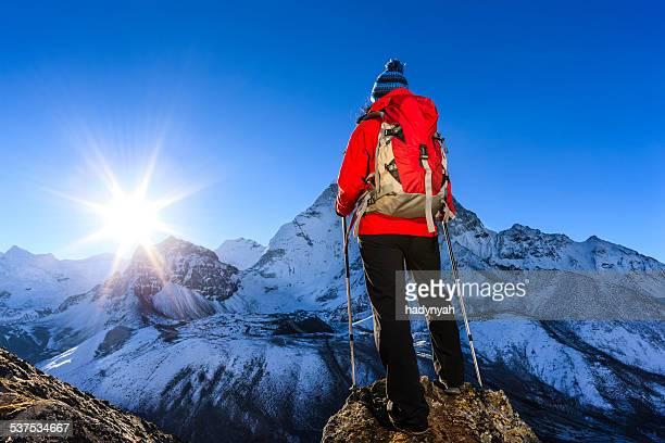 Frau bei Sonnenaufgang über dem Himalaya, Mount Everest National Park