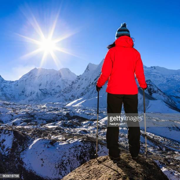 Woman 眺めの上に日の出ヒマラヤ、エベレスト山国立公園