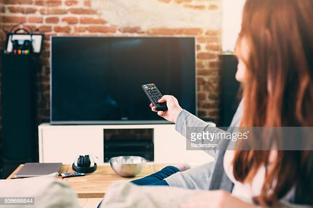 woman watching tv - kanaal stockfoto's en -beelden