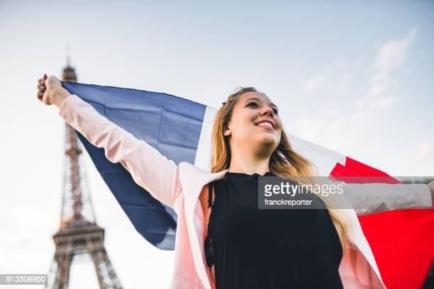 Frau winken die Flagge in paris