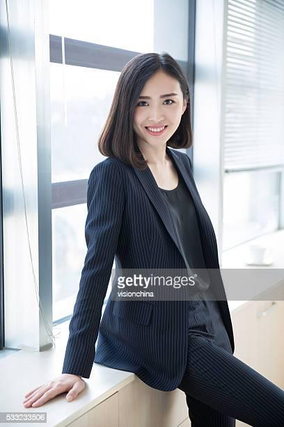 Frau mit einem schwarzen Anzug