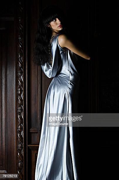 女性着て、ブルーのシルクドレス