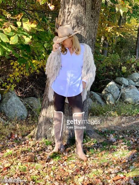 woman wearing a cowboy hat - ブーツイン ストックフォトと画像