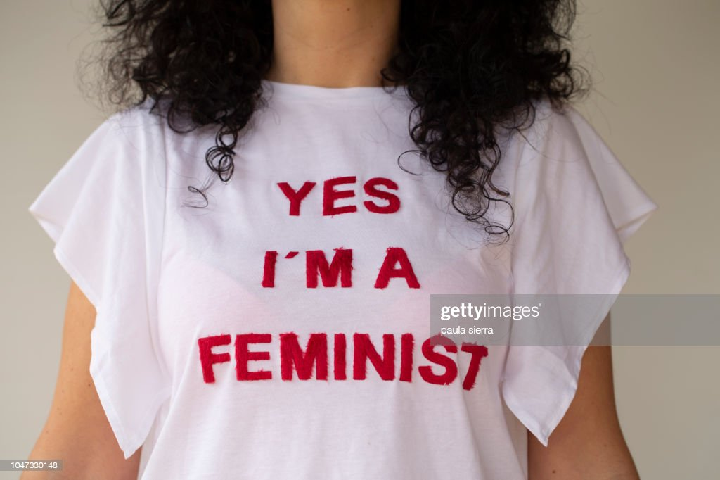 Woman wearing a feminist tshirt : Foto de stock