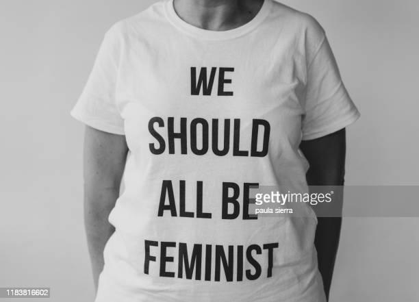 woman wearing a feminist tshirt: 'we should all be feminist' - militant photos et images de collection