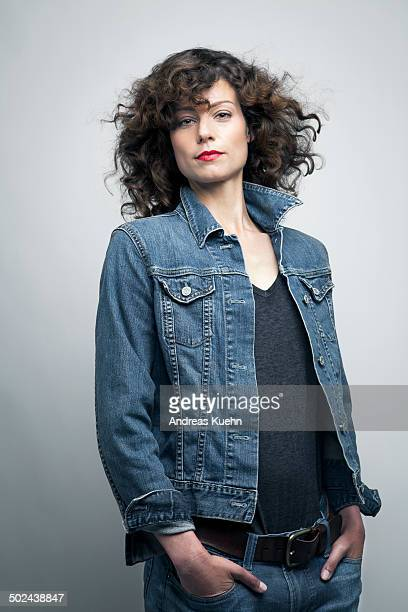 woman wearing a jeans jacket, portrait. - mains dans les poches photos et images de collection