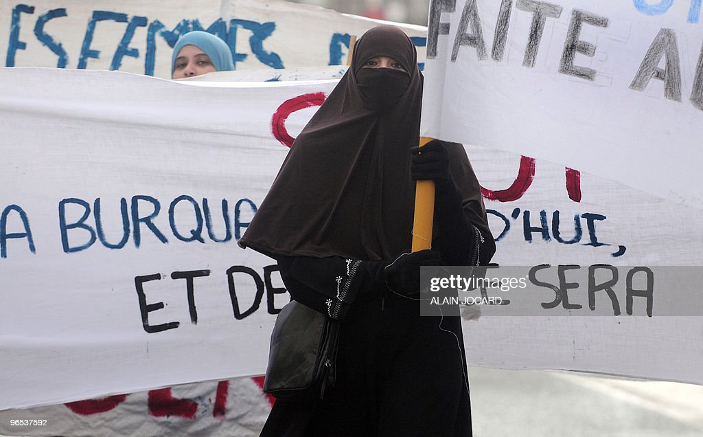 """A woman wearing a """"Niqab"""" veil participa : News Photo"""