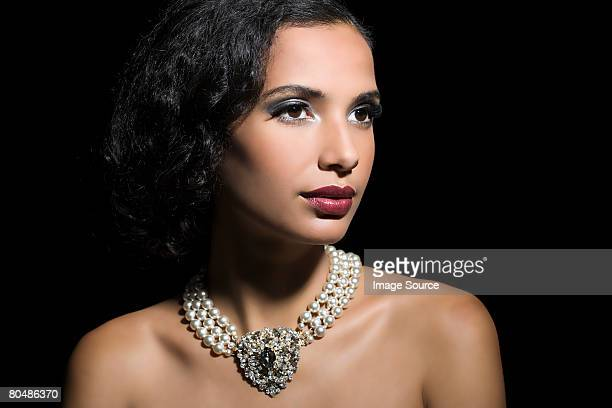 woman wearing a pearl necklace - collar fotografías e imágenes de stock