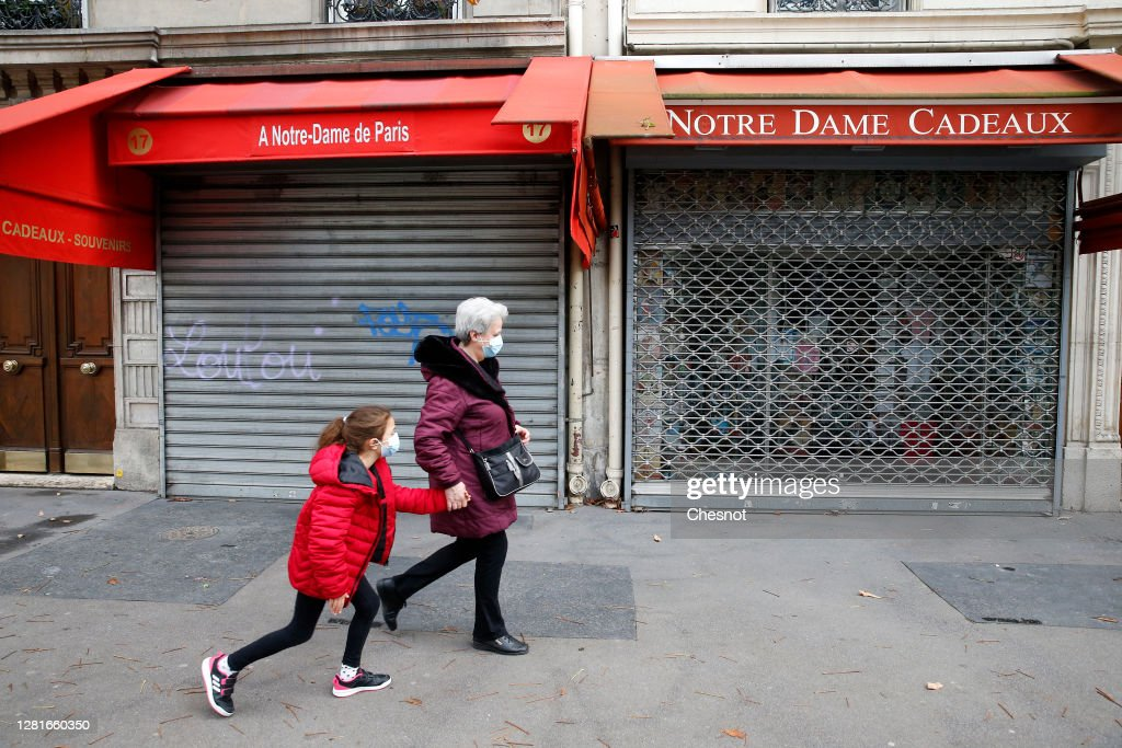 Souvenirs Shops And Restaurants Near Notre-Dame Remain Closed Due The Lack Of Tourists And The Coronavirus Crisis : ニュース写真