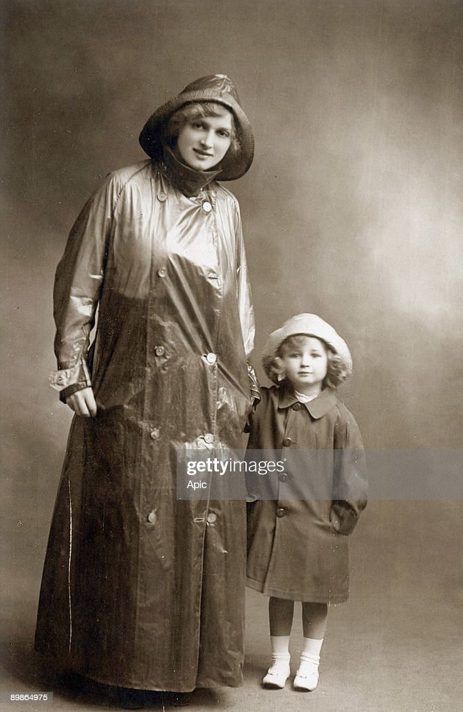 A woman wearing a raincoat withher little girl, postcard, c. 1910 : Fotografía de noticias