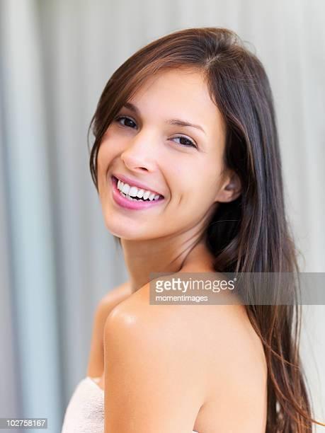 woman wearing a towel - offenes lächeln stock-fotos und bilder