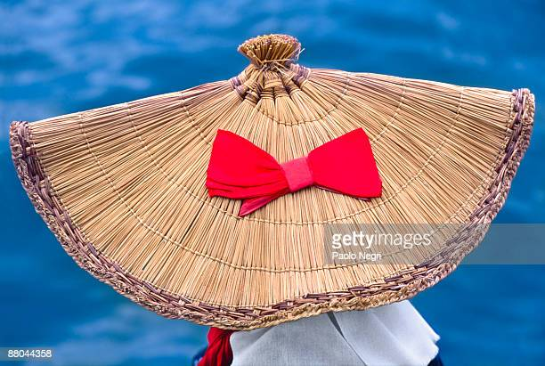 woman wearing a traditional straw hat  - hoofddeksel stockfoto's en -beelden