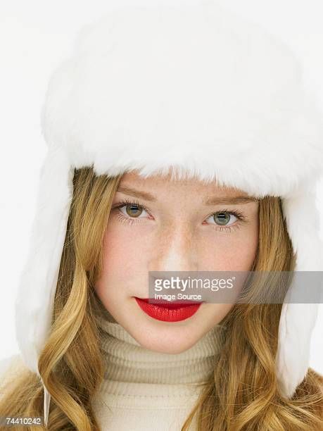 Donna che indossa un cappello di pelliccia bianca
