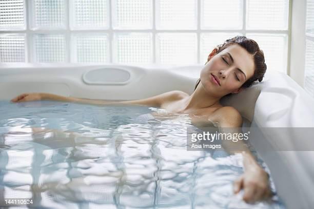 Donna con bianco, vasca idromassaggio jacuzzi