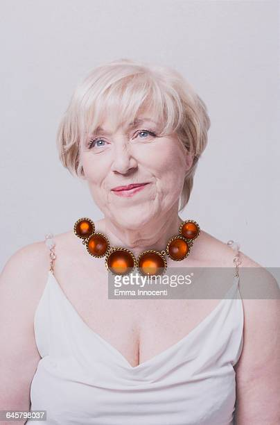 woman wearing an orange necklace - decote peito - fotografias e filmes do acervo