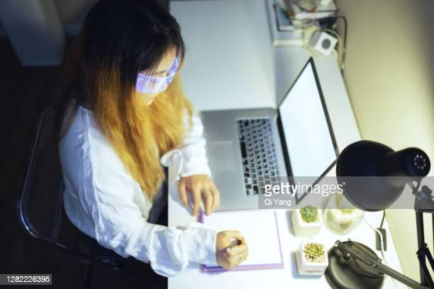 woman wearing augmented reality glasses working at home - hud interfaccia grafica utente foto e immagini stock