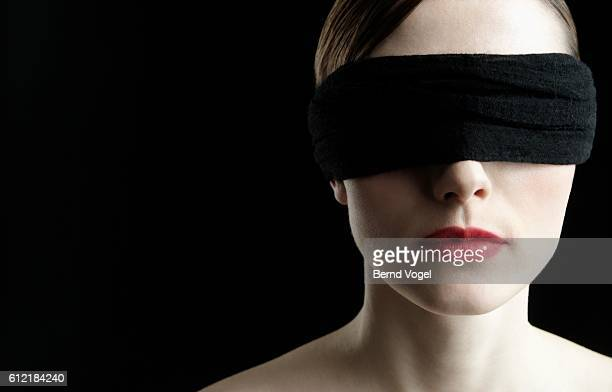 woman wearing blindfold - donna bendata foto e immagini stock