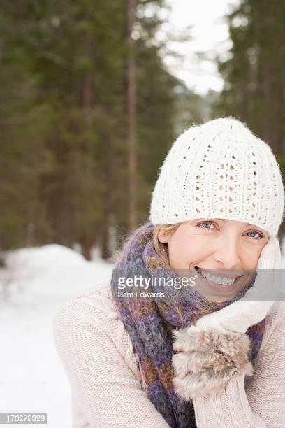 frau tragen mütze und handschuhe im schnee - one mature woman only stock-fotos und bilder