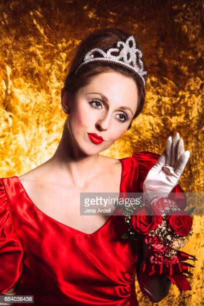 woman wearing crown waving hand - jena rose stockfoto's en -beelden