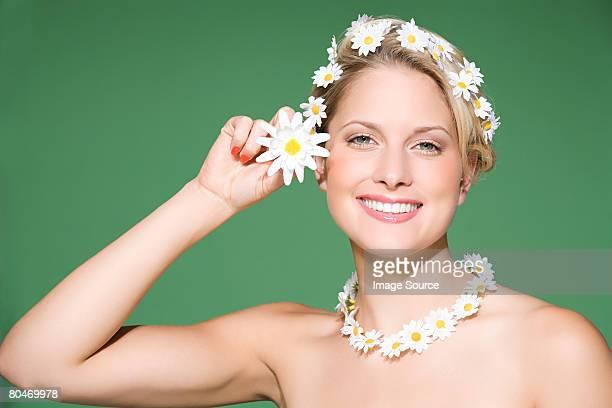 woman wearing daisies - maya desnuda fotografías e imágenes de stock