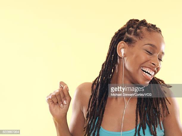 woman wearing earbuds - solo una donna giovane foto e immagini stock