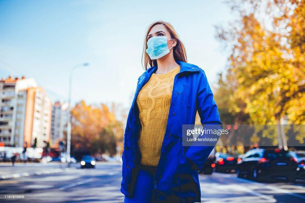 Vrouw dragen gezichtsmasker vanwege vervuiling : Stockfoto