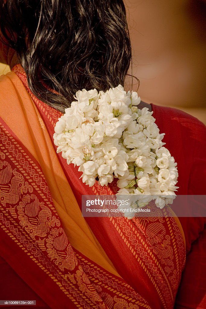Woman wearing flowers in hair, rear view : Stockfoto