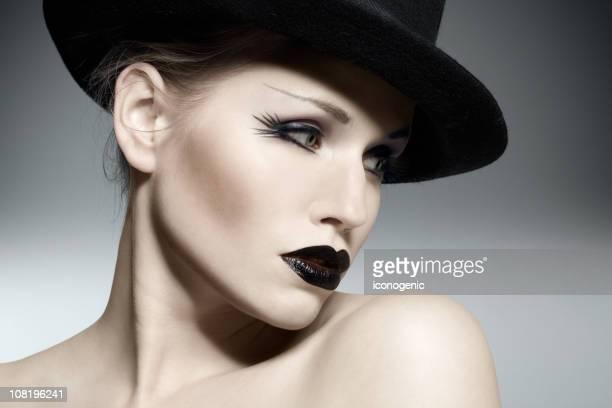 Mujer usando maquillaje gótico