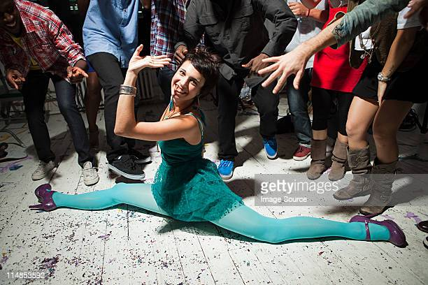 woman wearing green dress at party doing the splits - doing the splits stock pictures, royalty-free photos & images