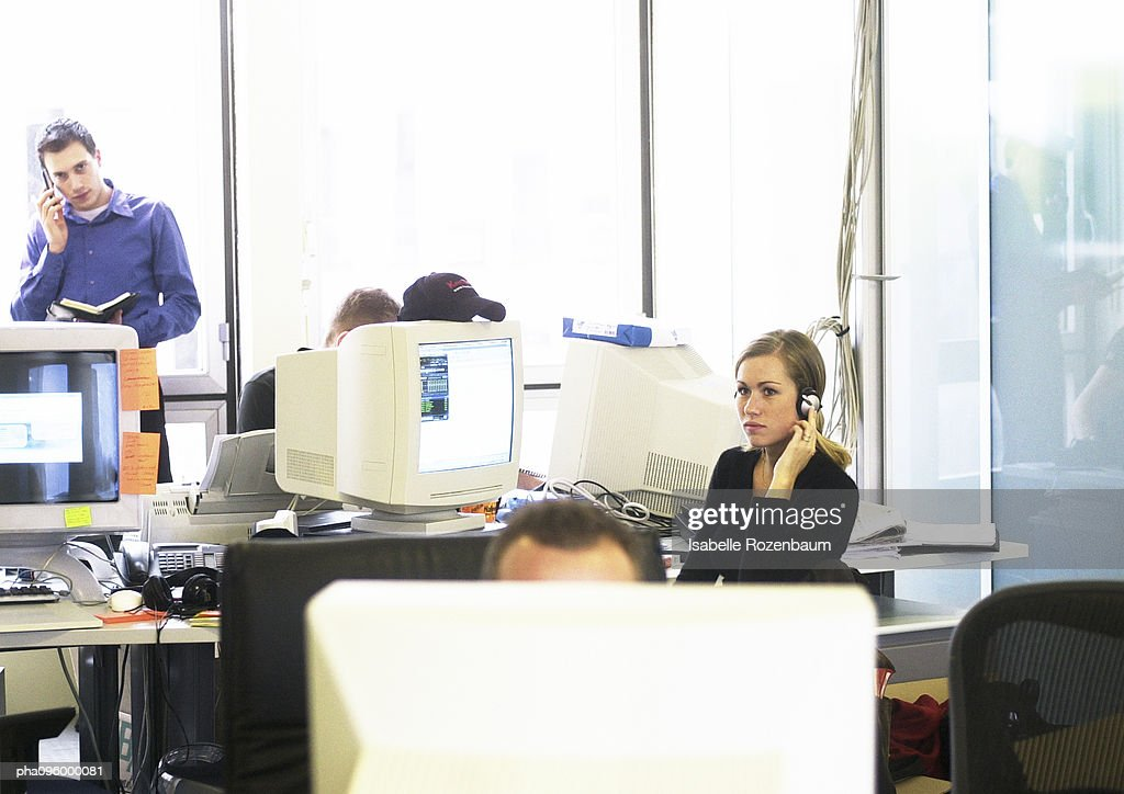 Woman wearing headset in office : Stockfoto